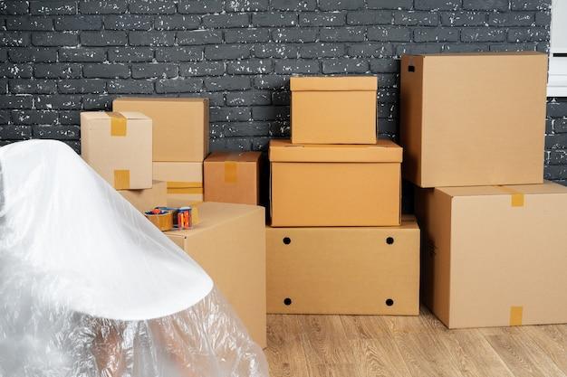 Концепция въезда или выезда. стек ящиков и упакованная мебель Premium Фотографии