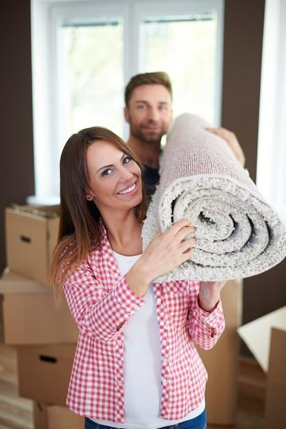 새 집으로 이사하는 것은 젊은 결혼을위한 좋은 아이디어 무료 사진