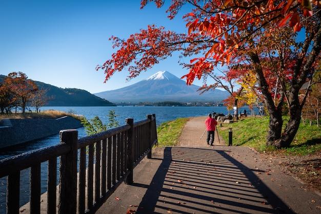 Mt. fuji over lake kawaguchiko with autumn foliage at daytime in fujikawaguchiko, japan. Premium Photo
