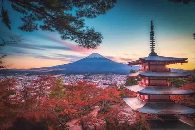 Mt. фудзи с пагодой чуреито и красными листьями осенью на закате в фудзиёсиде, япония. Premium Фотографии