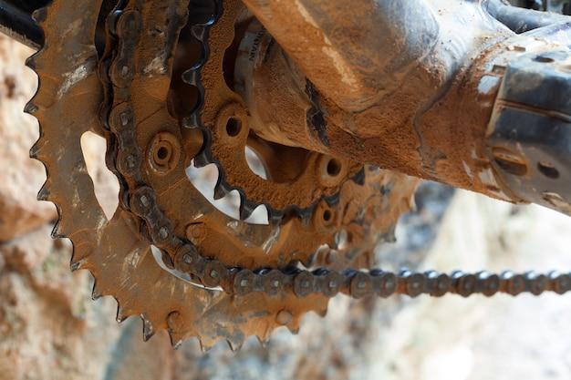 泥だらけのリングチェーンとマウンテンバイクのチェーン Premium写真