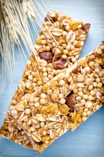 Зерновые батончики мюсли и пшеница крупным планом Premium Фотографии