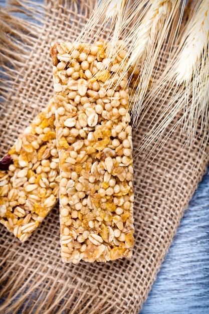Зерновые батончики мюсли на коричневой ткани Premium Фотографии