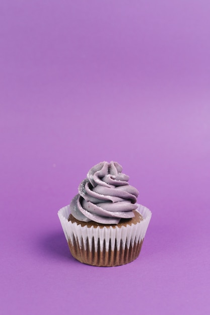 Muffin on violet background Free Photo