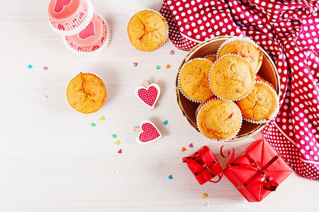Muffins with cloth flat lay Free Photo