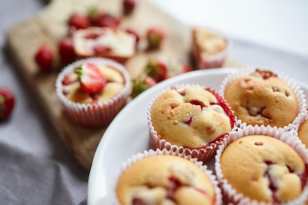 Маффины со свежей клубникой на тарелке Premium Фотографии