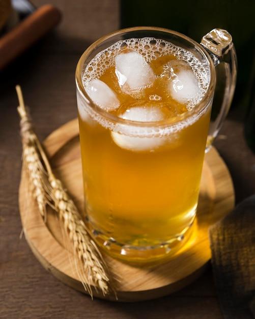 木の板にビールとマグカップ 無料写真