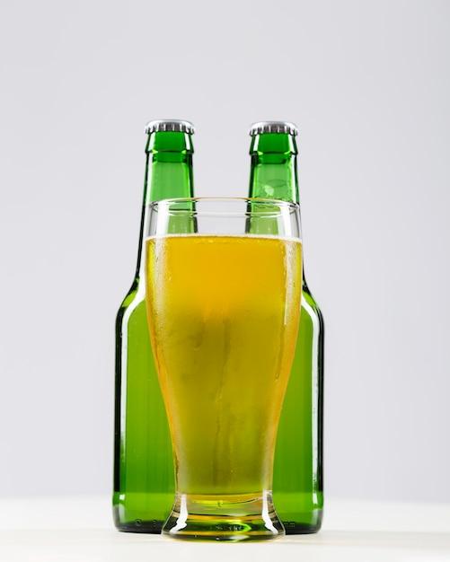 新鮮なビールとマグカップ Premium写真