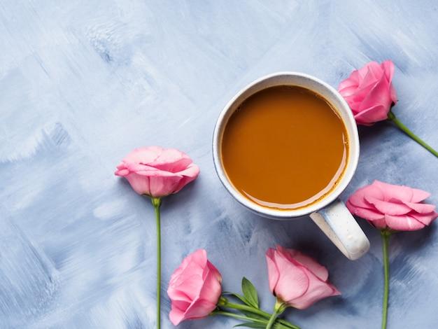 コーヒーとピンクの花のマグカップカード Premium写真