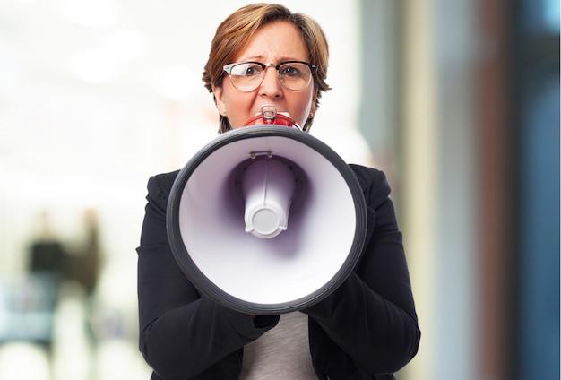 Mujer мэр де negocios sujetando уна манзана Бесплатные Фотографии
