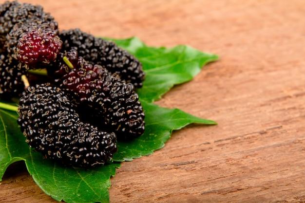 Mulberry и листьев на старой древесины Бесплатные Фотографии