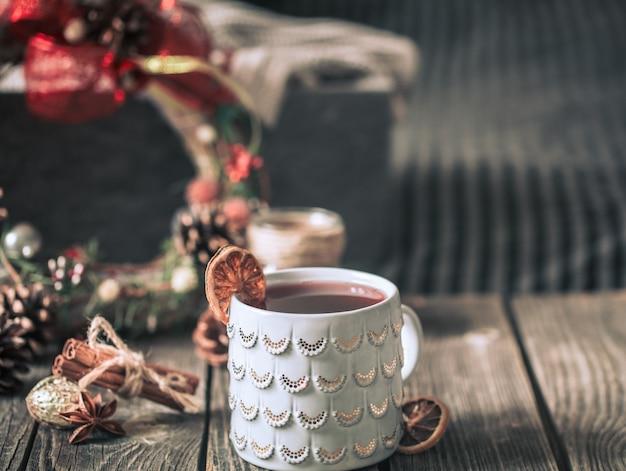 木製のテーブルの上にカップのグリューワイン 無料写真