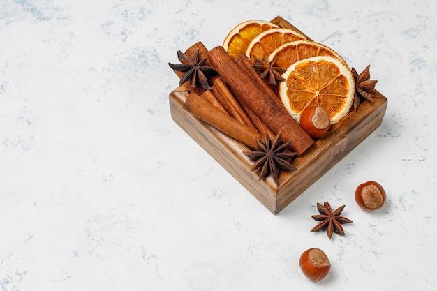 テーブルの上の木製の箱でグリューワインスパイス 無料写真