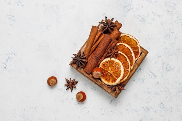 Глинтвейн с пряностями в деревянной коробке Бесплатные Фотографии