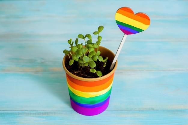 絵の具による多色の描画。鉢植えの虹、若い芽、色とりどりの花。絵の具による多色の描画。明るいカード。 lgbtのコンセプト。レズビアンゲイ、バイセクシュアルニューハーフ Premium写真