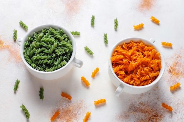マルチカラーのグルテンフリーの野菜フジッリパスタ。 無料写真