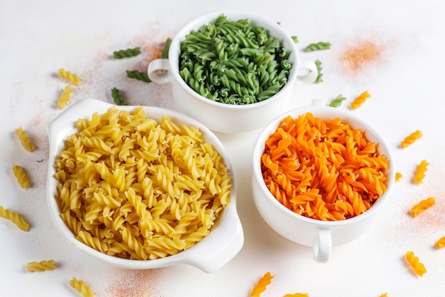 マルチカラーのグルテンフリー野菜フジッリパスタ。 無料写真