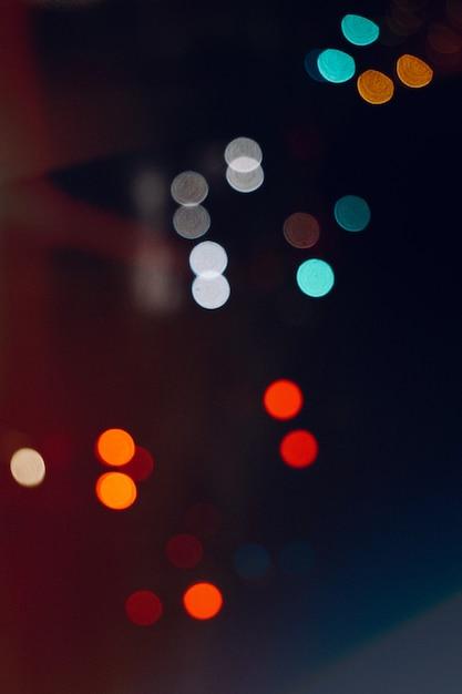 Разноцветные огни на улице в городе ночью Premium Фотографии