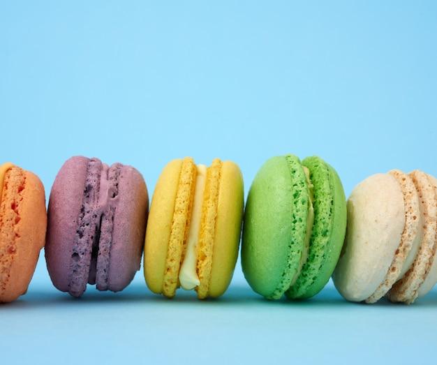 Разноцветные круглые печеные пирожные с макаронами Premium Фотографии