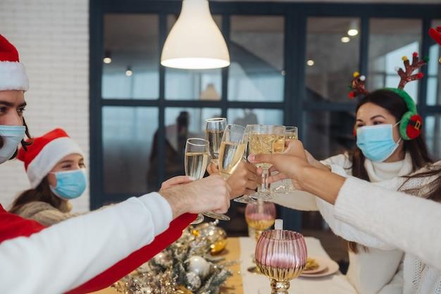 새해 이브를 축하하는 다민족 젊은 사람들이 토스트 한 안경, 파티 축하에서 즐거운 다민족 친구, 샴페인을 마시는 것을 축하합니다. 무료 사진