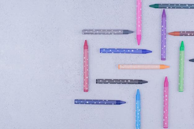 장식적인 기하학적 형태의 여러 가지 빛깔의 페인팅 크레용 무료 사진