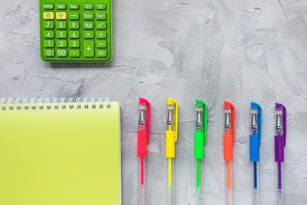 Разноцветные гелевые ручки на сером, плоская форма Premium Фотографии