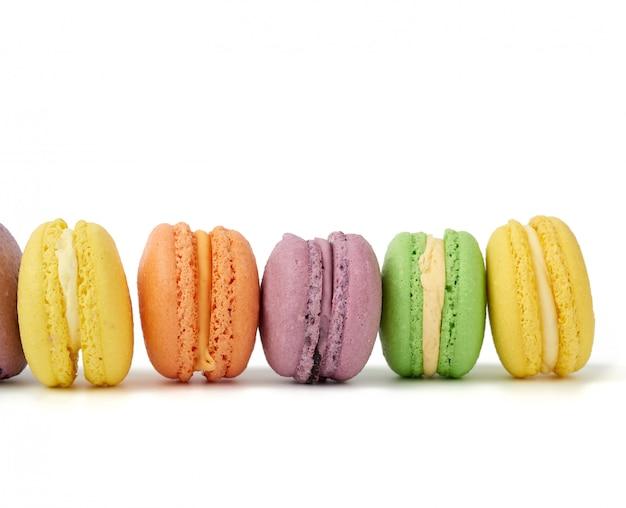 分離された色とりどりの丸焼きマカロンケーキ Premium写真