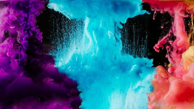 Разноцветные дымовые облака на черном Premium Фотографии