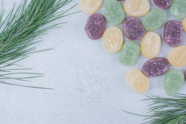 Разноцветные сладкие мармелады на мраморном фоне. Бесплатные Фотографии