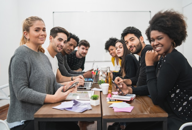 Persone creative multietniche che hanno una riunione di brainstorming Foto Gratuite