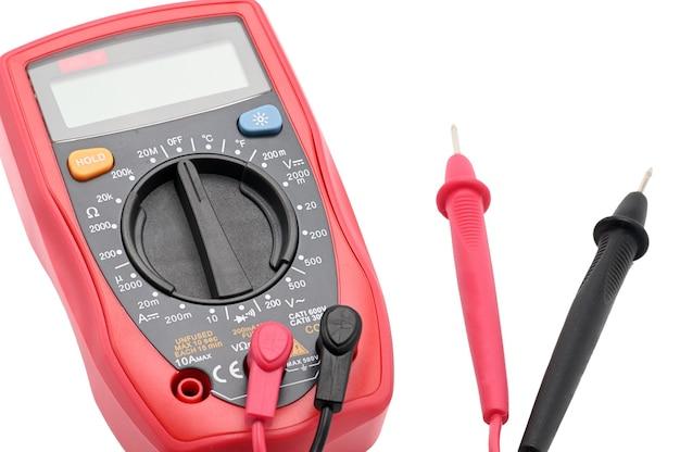 Мультиметр для работы с электричеством на изолированной белой поверхности Premium Фотографии