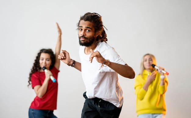 Многорасовые люди поют и танцуют Бесплатные Фотографии