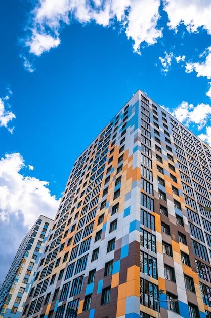 多層階建てのモダンな建物 Premium写真
