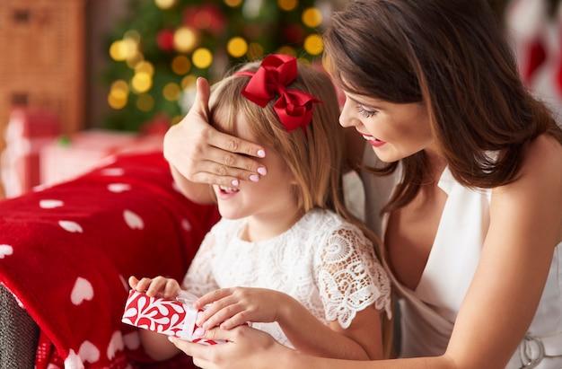 Mummia sorprende la figlia dando regali Foto Gratuite