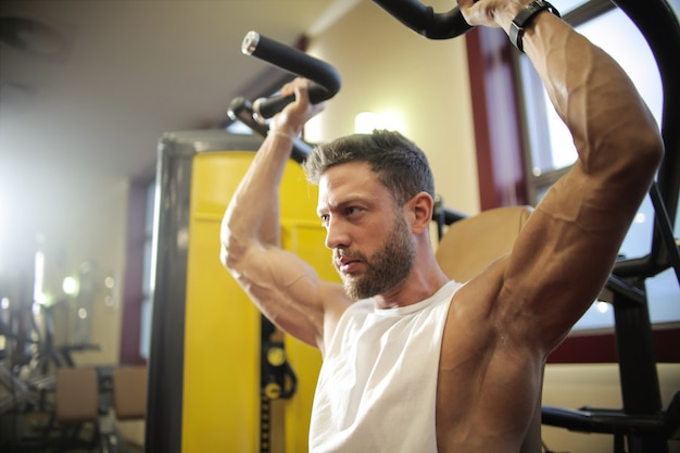 Muscled man working out Premium Photo
