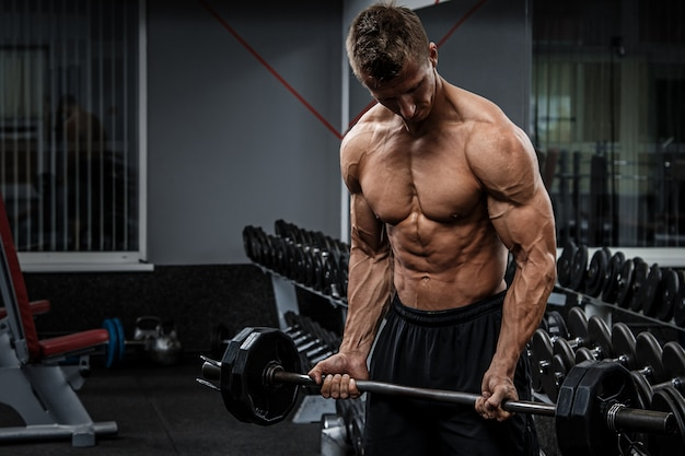 Muscular guy training his arms | Premium Photo