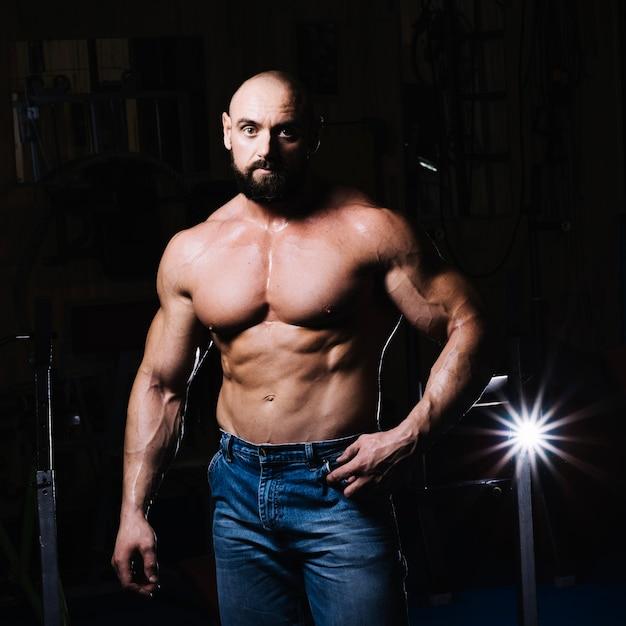 Мышечный человек позирует для камеры Бесплатные Фотографии