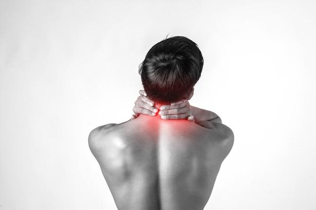 근육 남자는 흰색 배경에 고립 된 통증을 완화하기 위해 목에 핸들을 사용합니다. 무료 사진