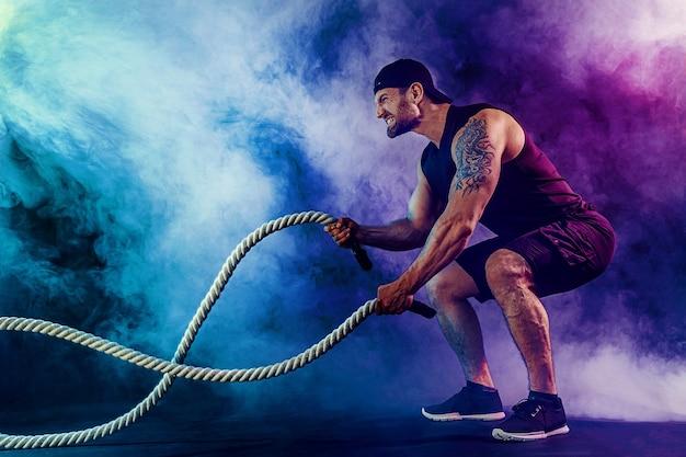 筋肉の入れ墨のひげを生やした男性運動 Premium写真