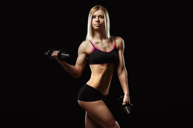 Muscular woman lifting a weight Free Photo