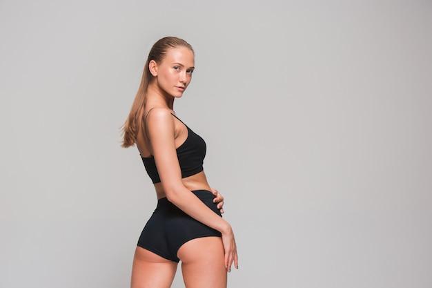 灰色の筋肉の若い女性アスリート 無料写真