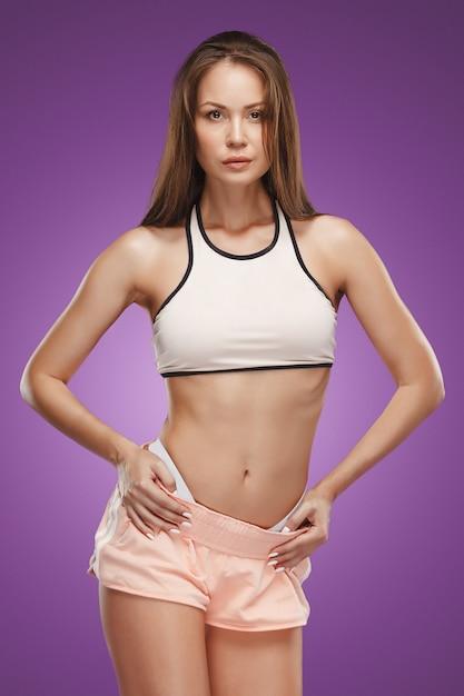Atleta muscolare della giovane donna che propone allo studio Foto Gratuite