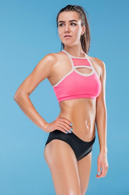 Мускулистые молодые женщины спортсмен позирует Бесплатные Фотографии