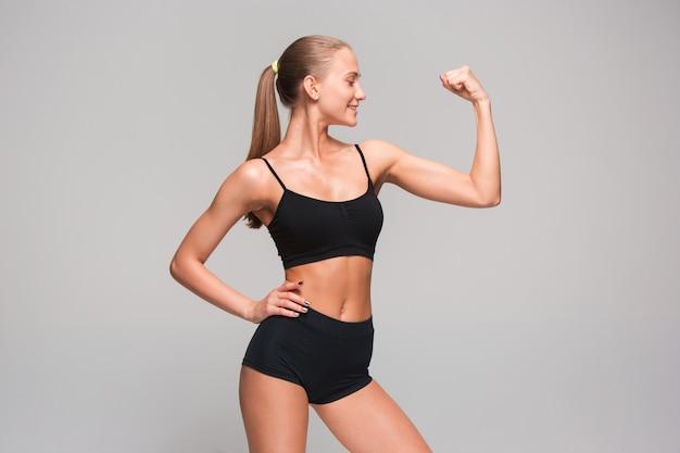 Мышечная молодая женщина спортсмен Бесплатные Фотографии