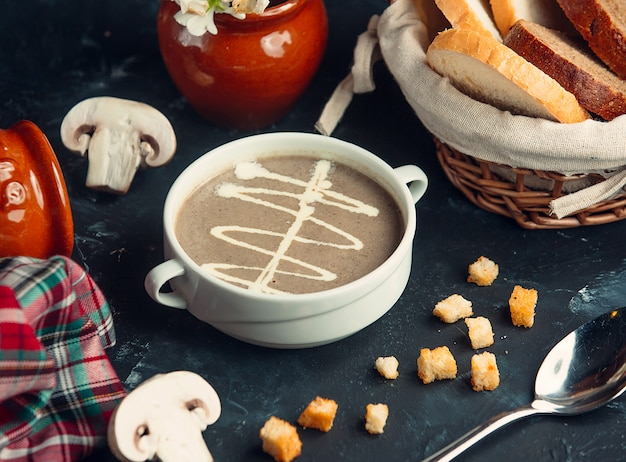 Mushroom cream soup with cream and crackers Free Photo