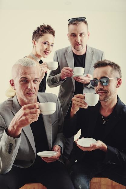 Музыкальная группа, пьющая te Premium Фотографии