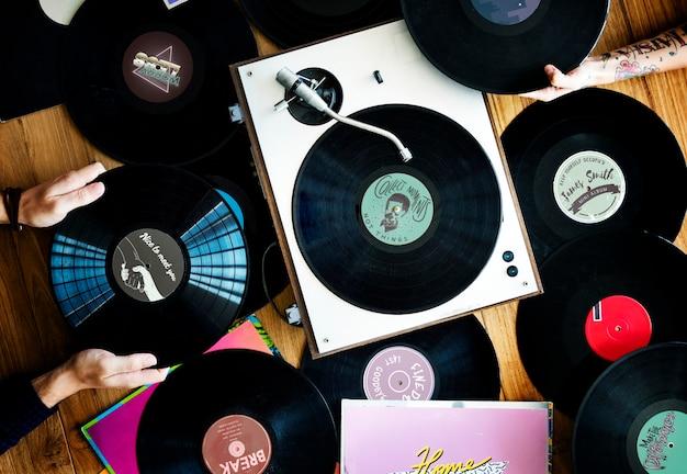 Music lovers with vinyl records Premium Photo