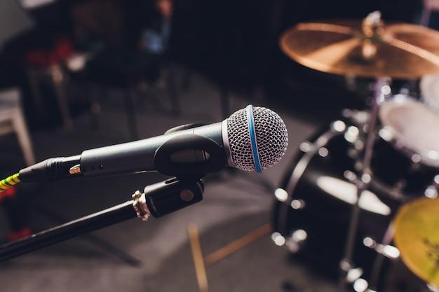 Профессиональный конденсаторный студийный микрофон, musical concept. запись. Premium Фотографии