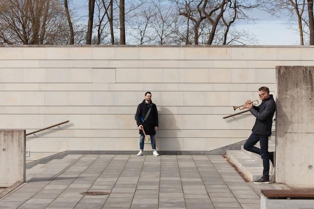 Musician friends in urban environment Free Photo