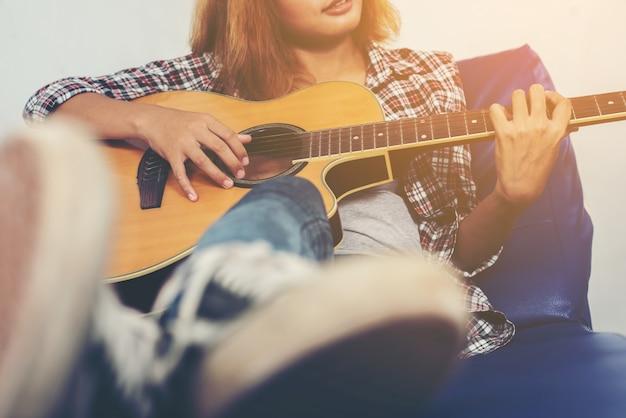 コーチでギターを弾くミュージシャン 無料写真